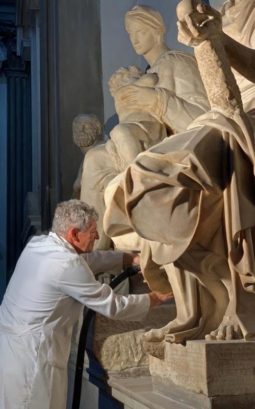 6. Antonio Forcellino restaura la Madonna Medici di Michel…w_
