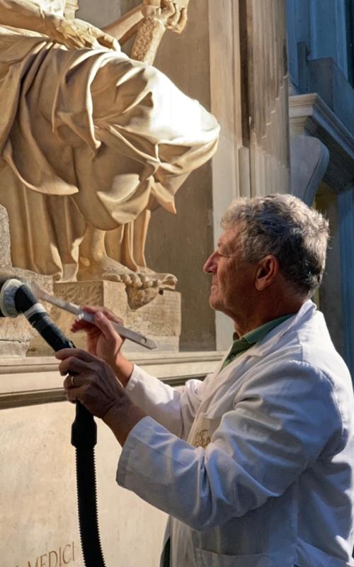 7.Antonio Forcellino restaura la Madonna Medici di Michelangelo 2w_